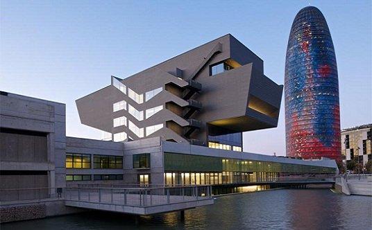 Un edificio dos perfiles urbanos tecnne arquitectura - Pisos de diseno en barcelona ...