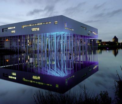 Centro de Aluminio, reflejado en la laguna